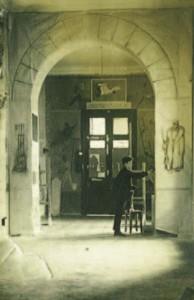 Студент Борис Чернышёв расписывает стену во Вхутеине. 1930