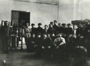 Основное отделение Вхутемаса, мастерская «Живопись». Справа стоит профессор Александр Древин. Декабрь 1925